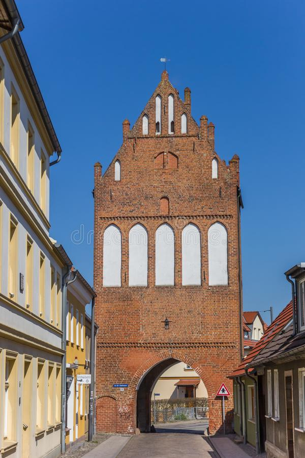 Историческая скалистая вершина Stralsunder ворот города в Grimmen стоковые изображения rf