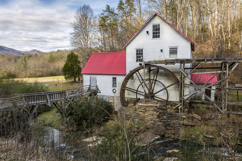 Историческая старая мельница шрота - Северная Каролина стоковые фото