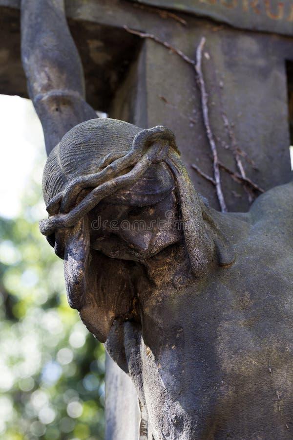Историческая статуя на кладбище Праги тайны старом, чехия стоковое изображение