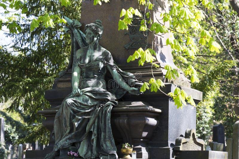 Историческая статуя на кладбище Праги тайны старом, чехия стоковая фотография