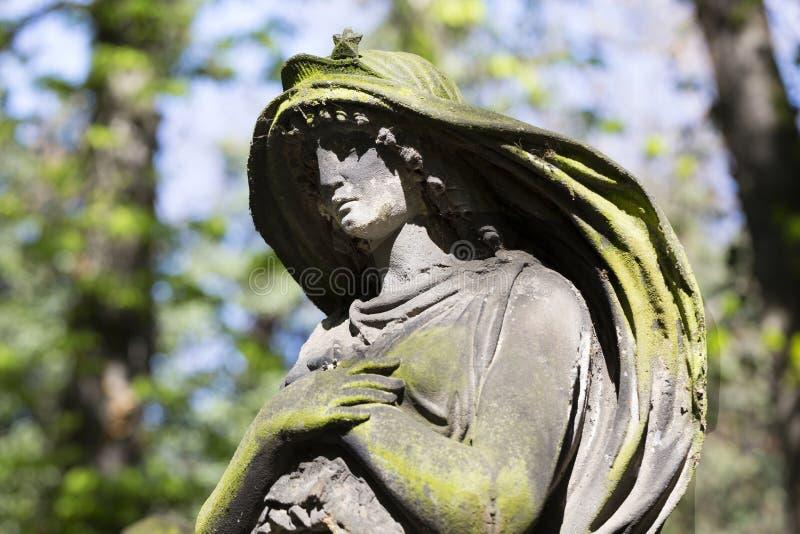 Историческая статуя на кладбище Праги тайны старом, чехия стоковые изображения