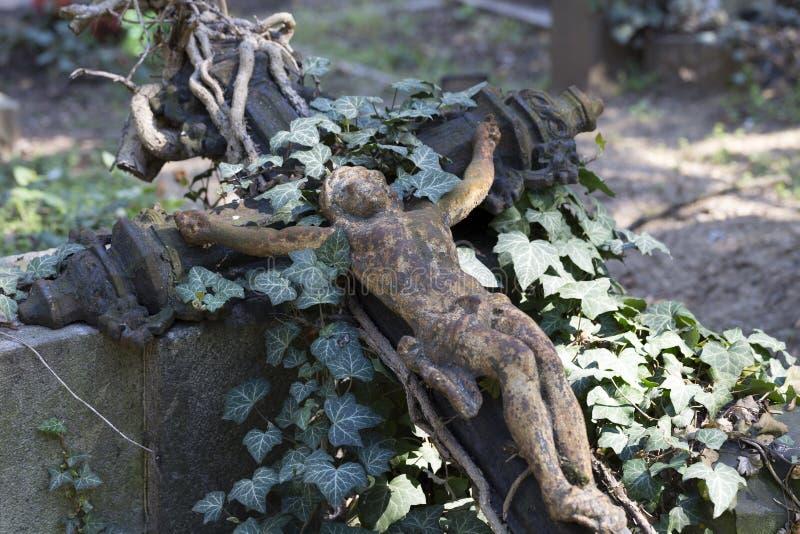 Историческая статуя на кладбище Праги тайны старом, чехия стоковые фотографии rf