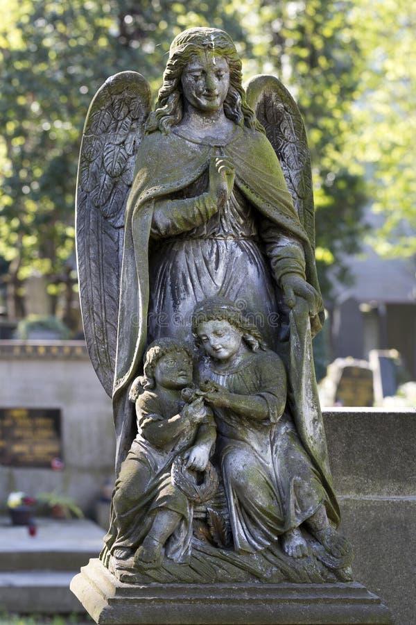 Историческая статуя на кладбище Праги тайны старом, чехия стоковое фото rf