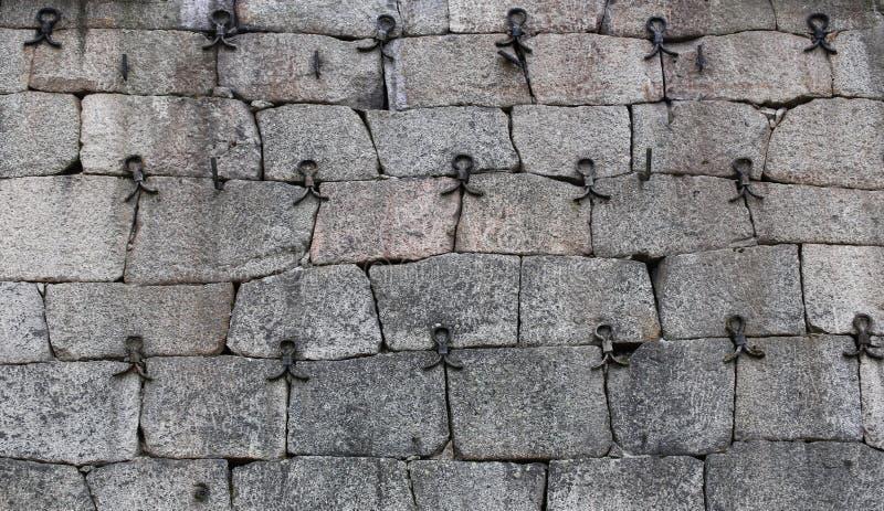Историческая стена fieldstone усиленная с чугунными частями стоковые изображения rf