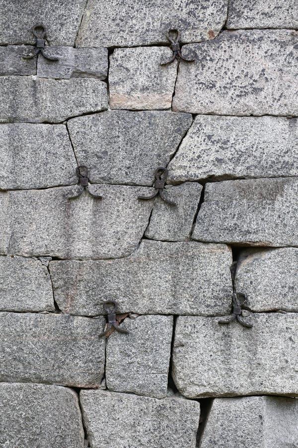 Историческая стена fieldstone усиленная с чугунными частями стоковое изображение rf