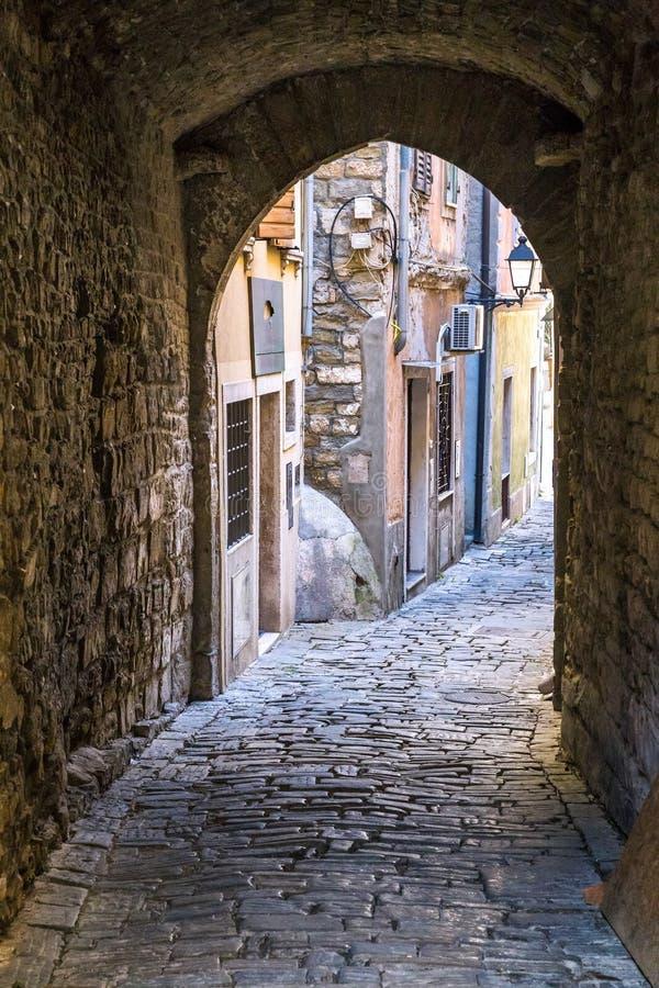 Историческая улица с подземным переходом стоковые изображения