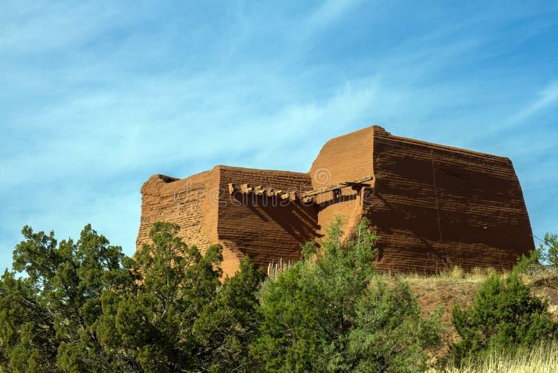Историческая церковь полета в парке Pecos национальном историческом в северном Неш-Мексико стоковые фотографии rf