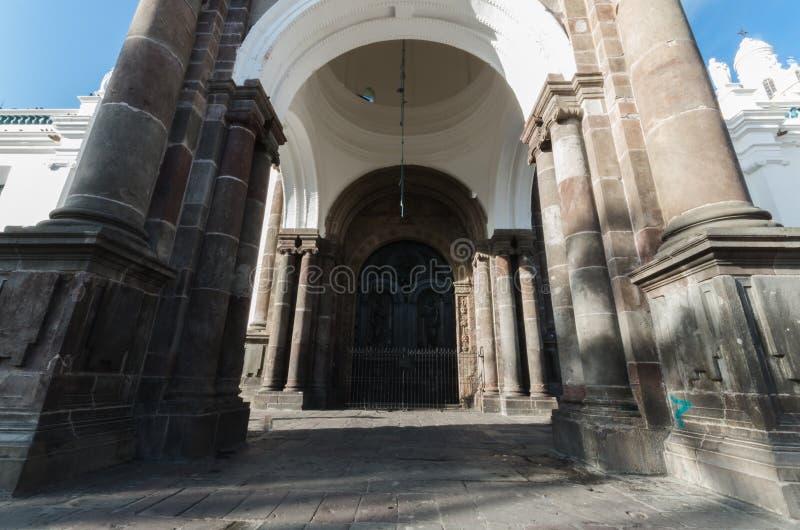 Исторические арка и входная дверь собора города в Кито, солнце и форме стоковая фотография rf