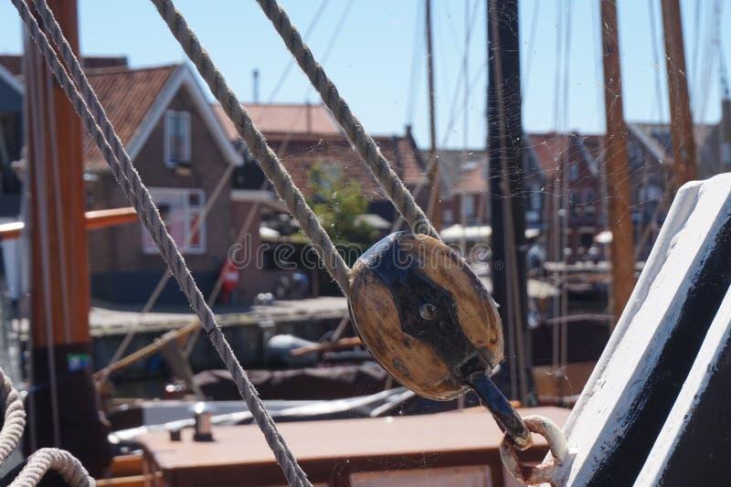 Исторические веревочка и части рыбацкой лодки, с сетью паука стоковое изображение rf