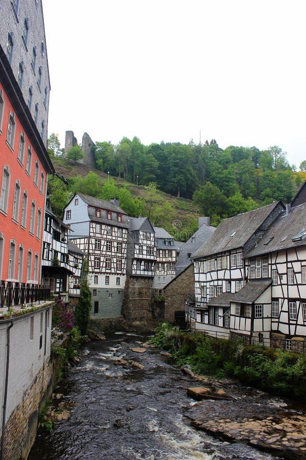Исторические деревянные здания в Monschau на Rur реки, Германии, 28-ое мая 2016 стоковая фотография