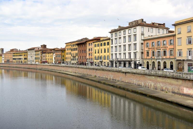 Исторические здания вдоль реки Арно в городе Пизы, Италии стоковая фотография rf
