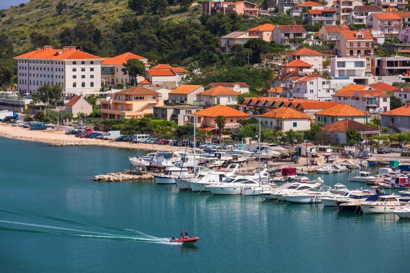 Исторические здания на прогулке в Trogir, Хорватии Trogir популярное назначение перемещения в Хорватии Trogir, как мир ЮНЕСКО стоковое фото