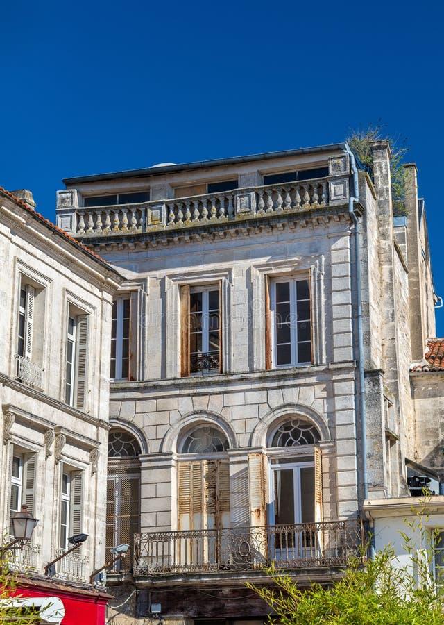 Исторические здания в Angouleme, Франции стоковое изображение rf