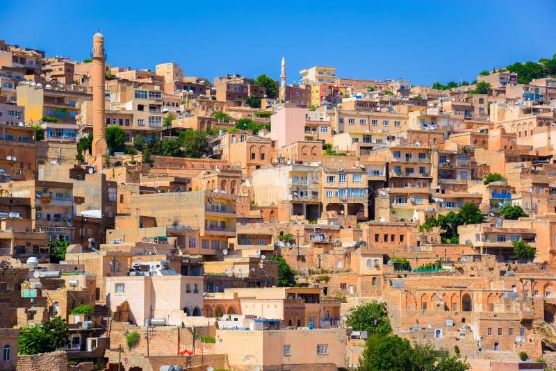 Исторические здания утеса с много спутниковых антенна-тарелок на верхних частях в Mardin, Турции стоковое изображение