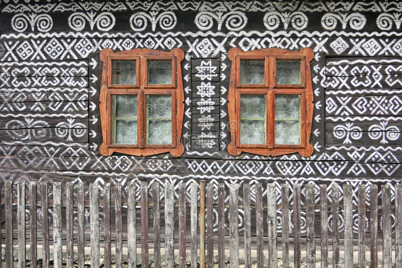 Исторические окна на доме в  ÄŒiÄ деревни много стоковая фотография