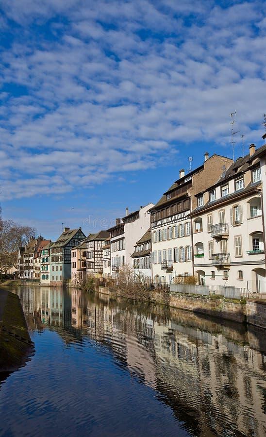 Исторические дома на quay больного реки. Страсбург, франция стоковые изображения