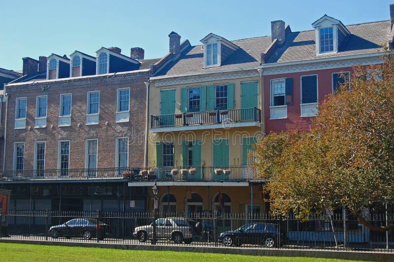 Исторические дома строки стиля испанского языка, Новый Орлеан стоковые фото