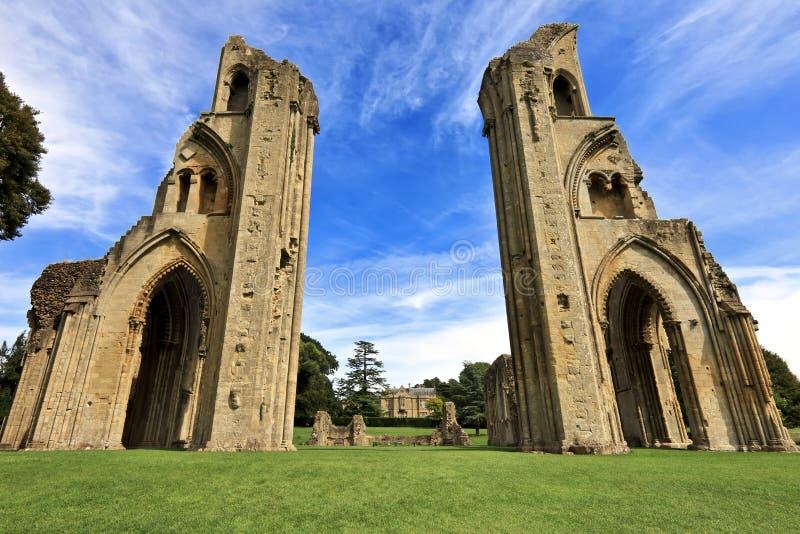 Исторические руины аббатства Glastonbury в Сомерсете, Англии, Великобритании стоковые изображения rf