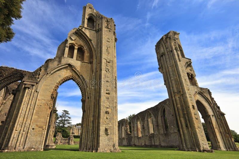 Исторические руины аббатства Glastonbury в Сомерсете, Англии, Великобритании стоковые фотографии rf