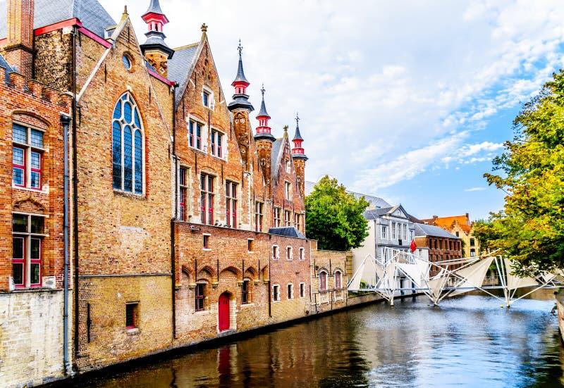 Исторические щипцы зада здания Brugse Vrije на канале Groenerei в Брюгге, Бельгии стоковая фотография
