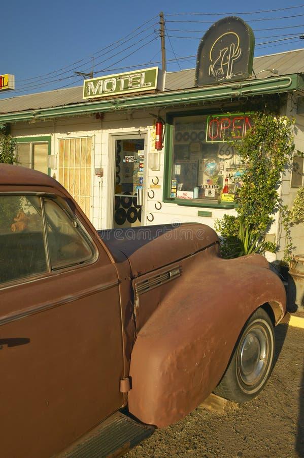 Исторический винтажный мотель обочины на старой трассе 66 приветствует старые автомобили и гостей в Barstow Калифорнии стоковое изображение rf