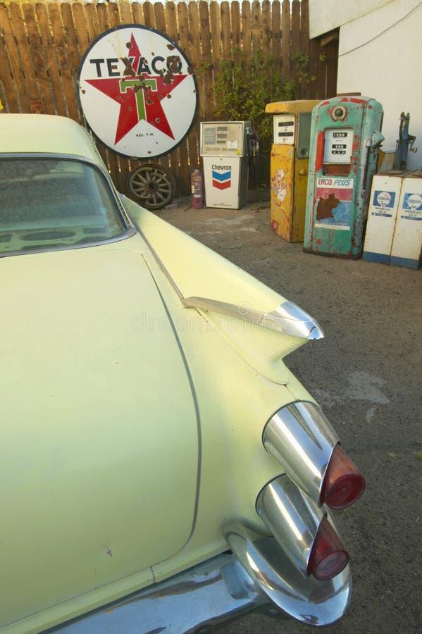 Исторический винтажный мотель обочины на старой трассе 66 приветствует старые автомобили и гостей в Barstow Калифорнии стоковые фото
