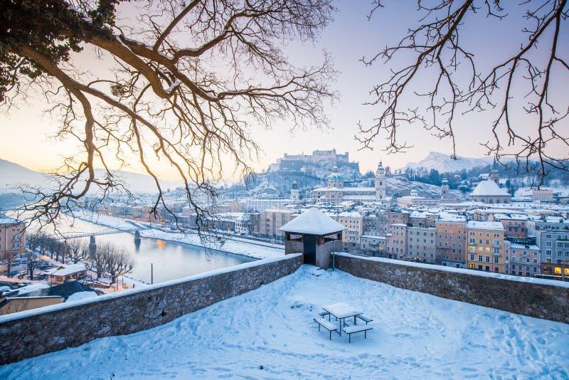 Исторический город Зальцбурга на восходе солнца в зиме, Австрия стоковое изображение rf
