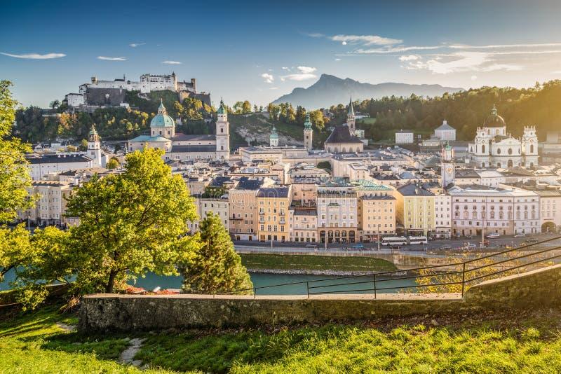 Исторический город Зальцбурга на заходе солнца, Австрии стоковая фотография rf