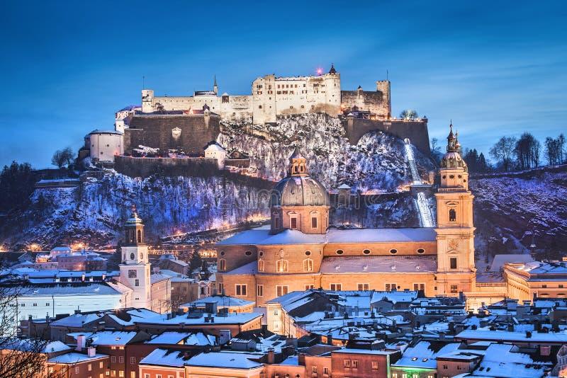 Исторический город Зальцбурга с Festung Hohensalzburg в зиме стоковые фотографии rf