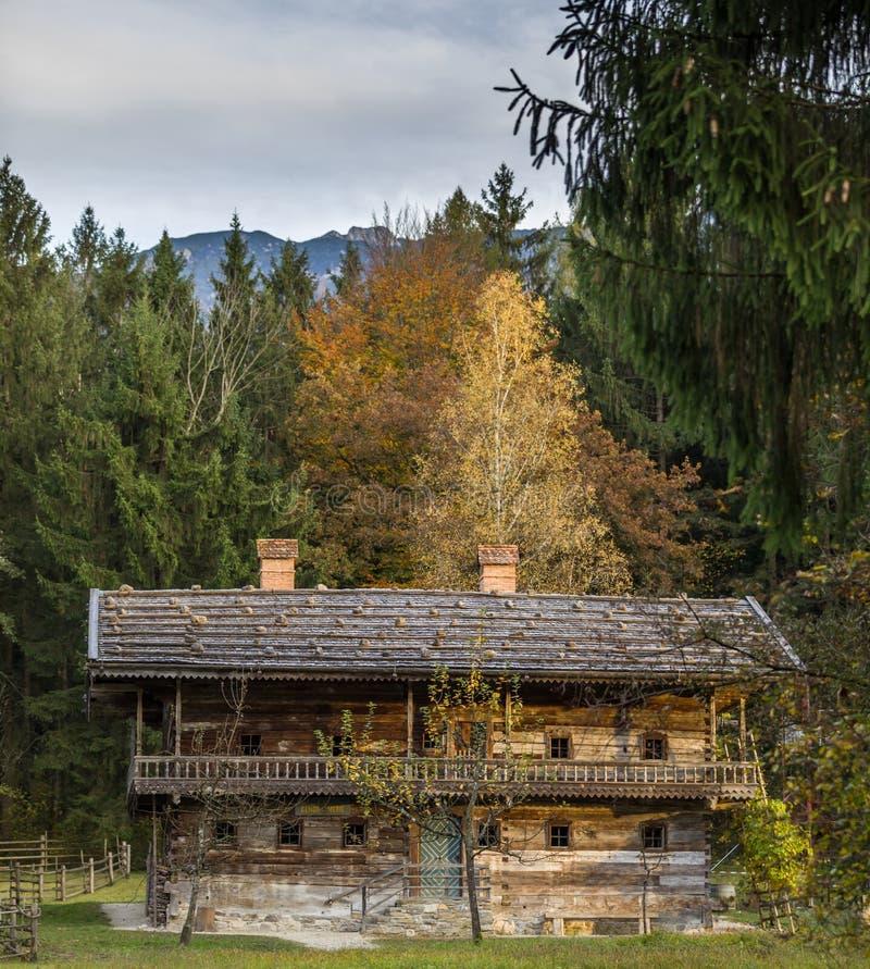 Исторический деревянный сельский дом в австрийских горных вершинах стоковая фотография rf