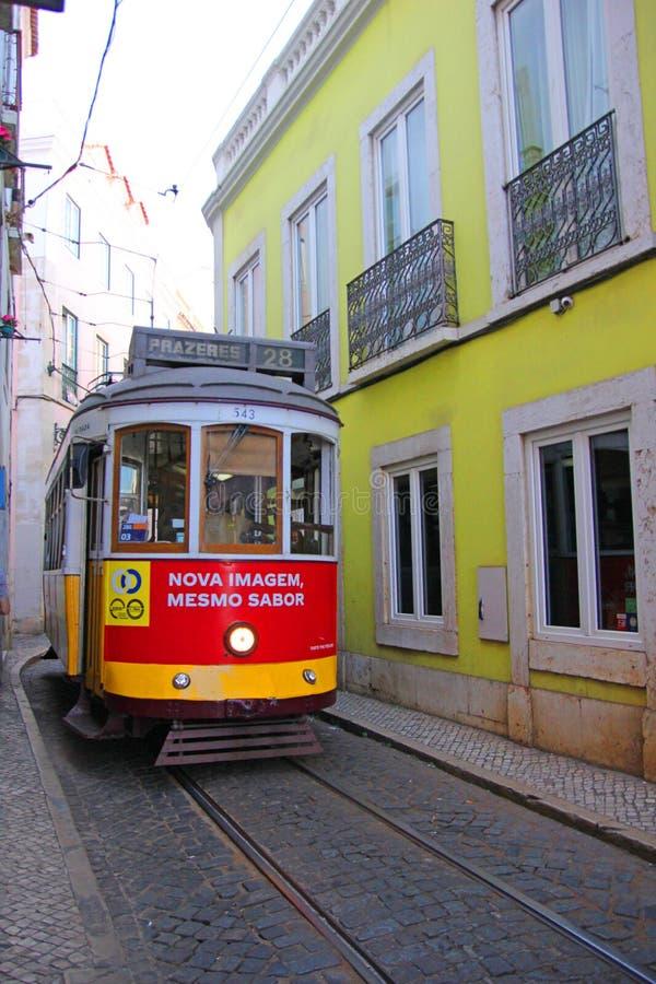 Исторический желтый трамвай нет 28 в Лиссабоне, Португалия стоковые фотографии rf
