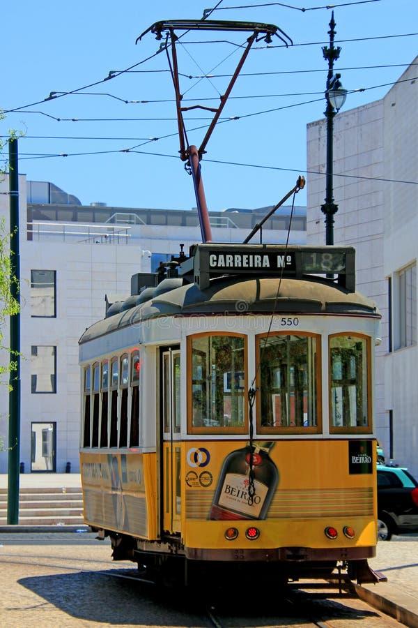 Исторический желтый фуникулер на cais делает sodre в Лиссабоне стоковая фотография