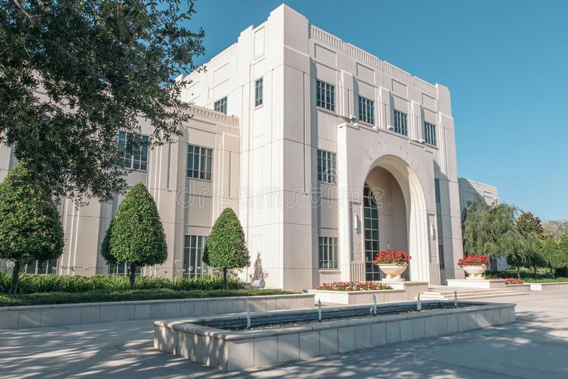 Исторический Зимний сад-Сити-холл во Флориде Белое трехэтажное здание из камня с внешним фонтаном стоковое изображение