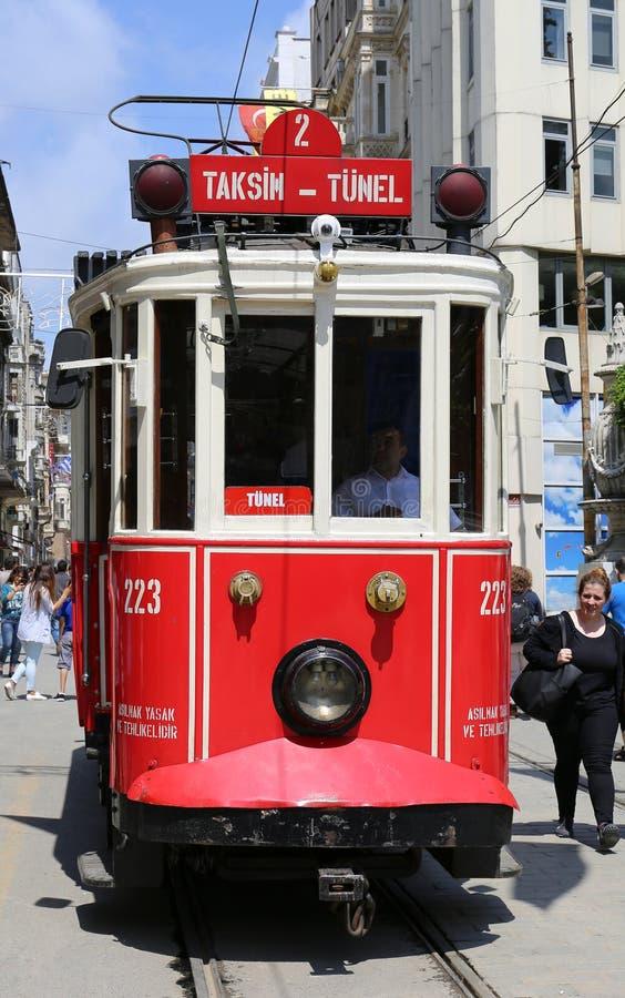 Исторический красный трамвай перед средней школой Galatasaray на южном конце istiklal бульвара стоковые изображения rf