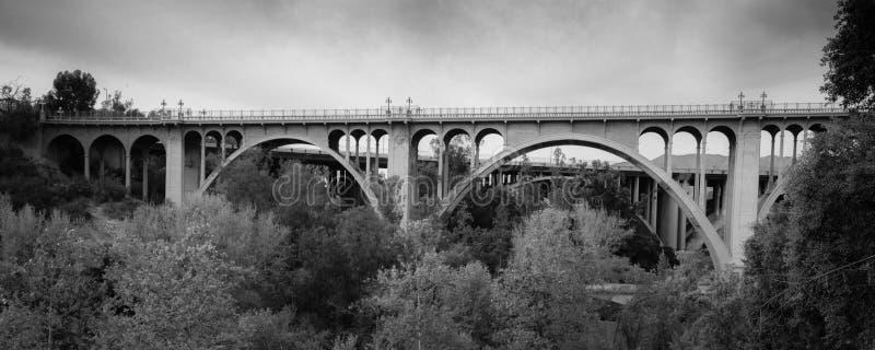 Исторический мост Колорадо сгабривает на сумраке, Пасадина, CA стоковое фото rf
