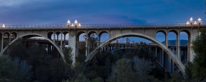 Исторический мост Колорадо сгабривает на сумраке, Пасадина, CA стоковое изображение rf