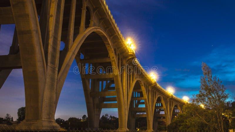 Исторический мост Колорадо сгабривает на сумраке, Пасадина, CA стоковые изображения rf