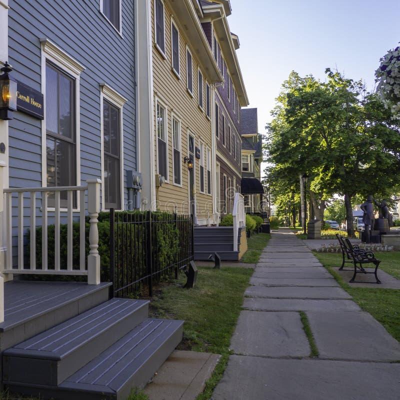 Исторический отель с красочными домами в Charlottetown, Острове Принца Эдуарда, Канаде стоковое изображение rf