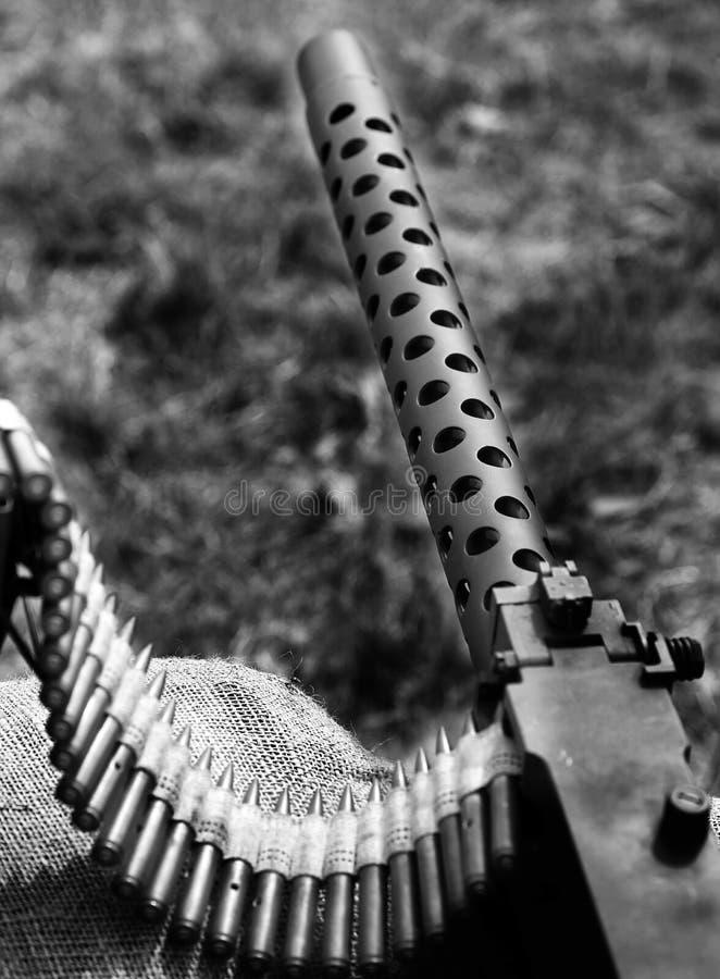 Исторический пулемет с пулями над мешками с песком стоковое фото rf