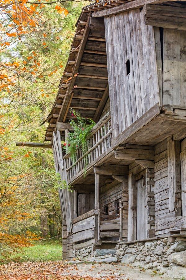 Исторический сельский дом амбара в горных вершинах, цветах осени стоковые изображения
