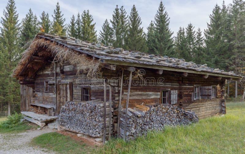 Исторический сельский дом амбара в горных вершинах стоковые фото