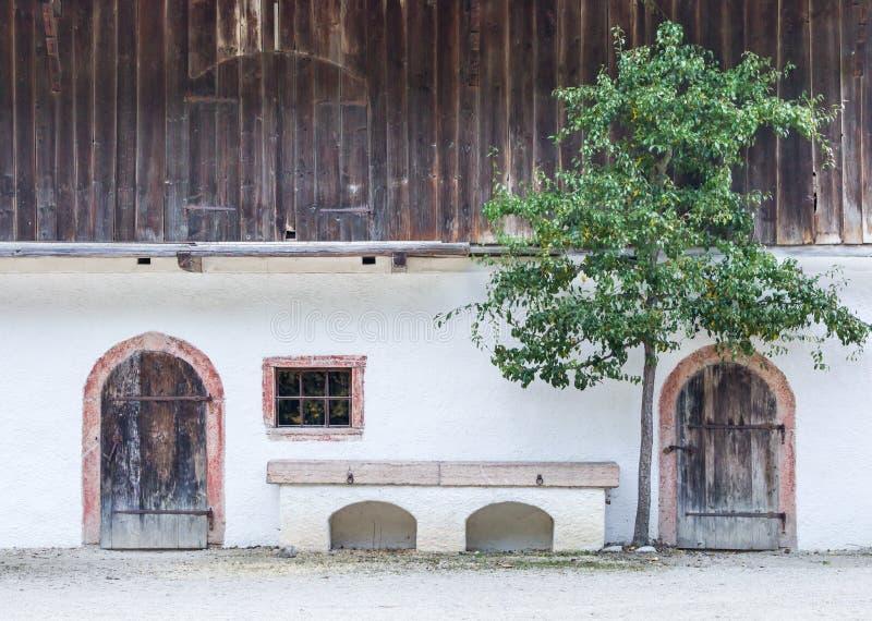 Исторический сельский дом в австрийских горных вершинах стоковые фотографии rf