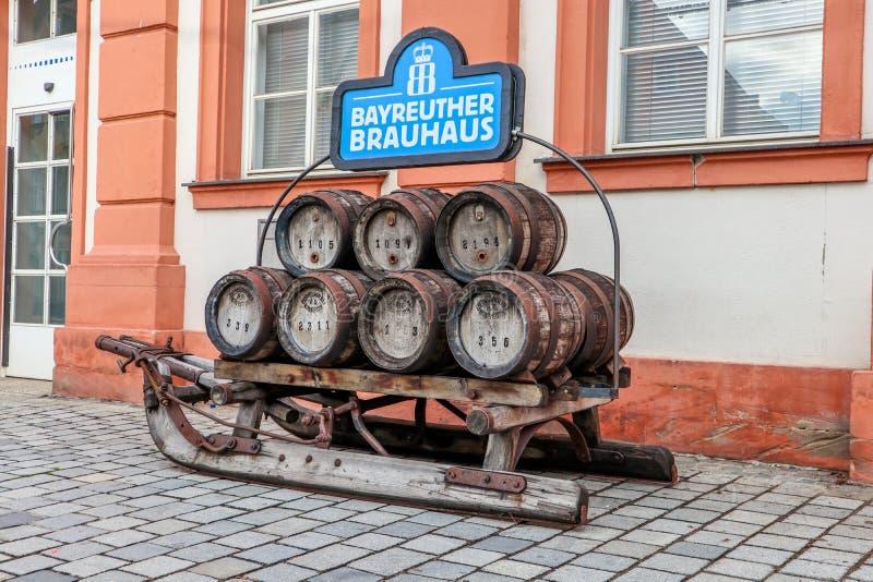 Исторический скелетон винзавода с бочонками пива стоковое фото