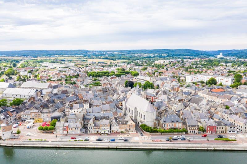 Исторический средневековый городской центр Givet с башнями и церков около крепости Charlemont на бельгийской границе, Рекы Meuse стоковые фотографии rf