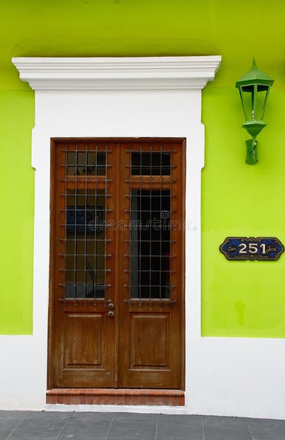 Исторический старый зеленый цвет Сан Жуан яркий огораживает дверь Brown стоковая фотография