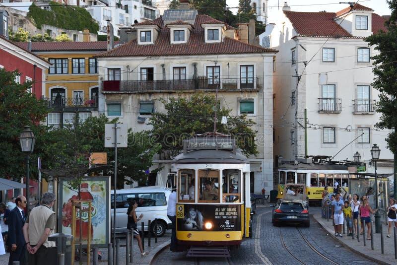 Исторический трамвай 28 в Лиссабоне, Португалии стоковые изображения rf