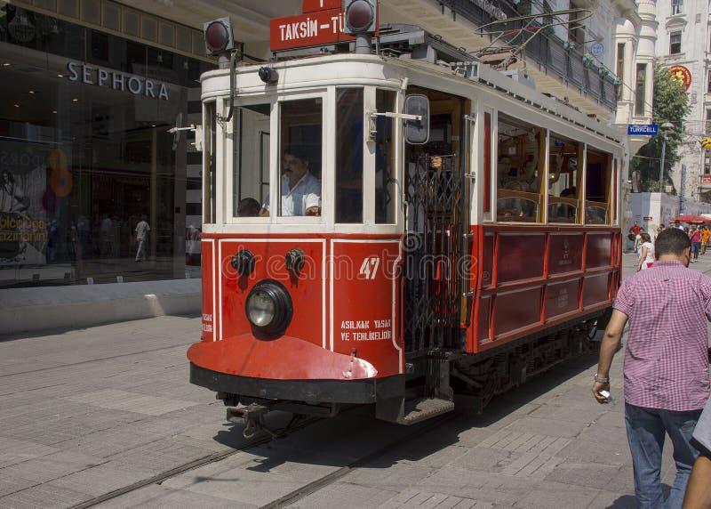 Исторический трамвай на бульваре независимости, Стамбуле стоковые изображения