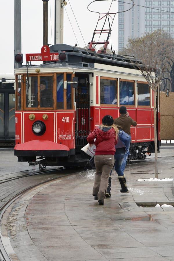Исторический трамвай на бульваре Istiklal Бульвар Istiklal в Beyog стоковые фотографии rf
