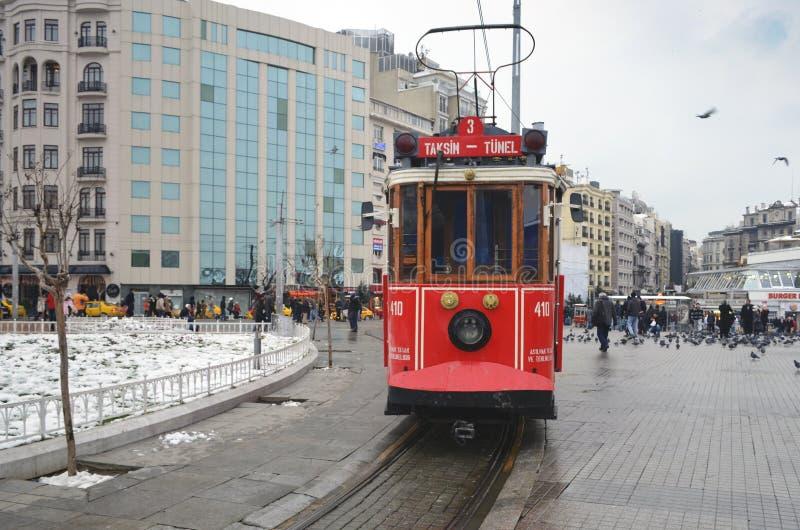 Исторический трамвай на бульваре Istiklal Бульвар Istiklal в Beyog стоковая фотография rf