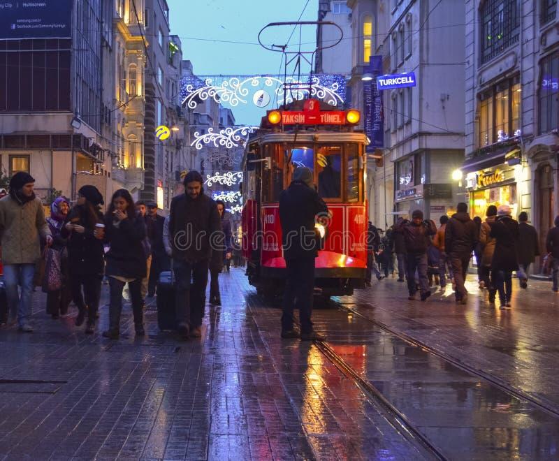 Исторический трамвай на бульваре Istiklal Бульвар Istiklal в Beyog стоковое фото rf